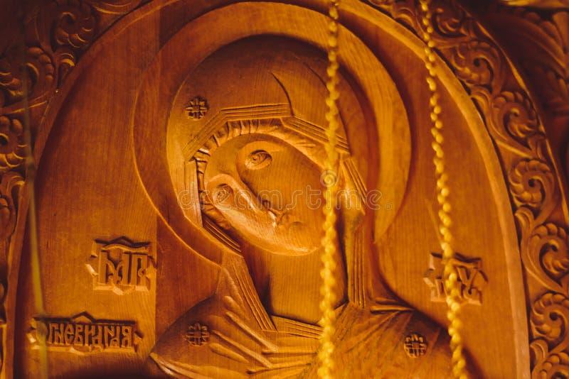 A cara de Jesus cinzelou fora da madeira foto de stock royalty free