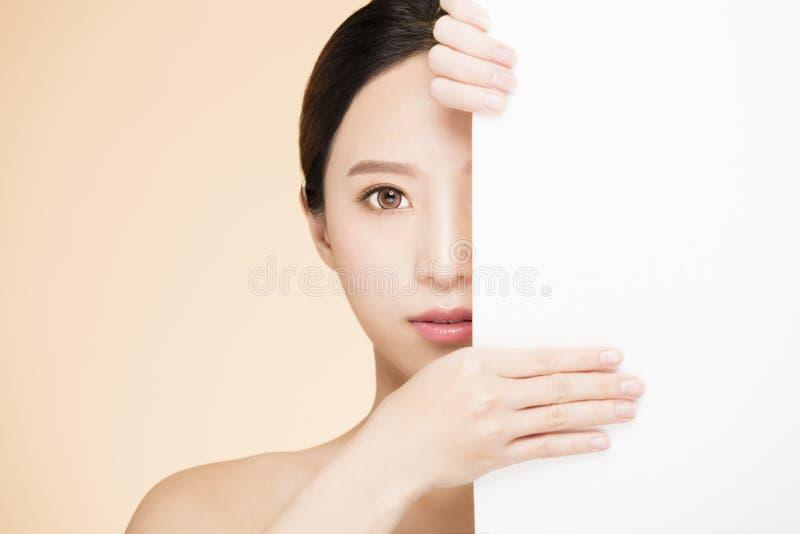 Cara de la belleza con concepto en blanco del tablero fotografía de archivo
