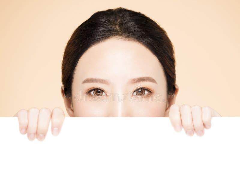 Cara de la belleza con concepto en blanco del tablero imagen de archivo libre de regalías