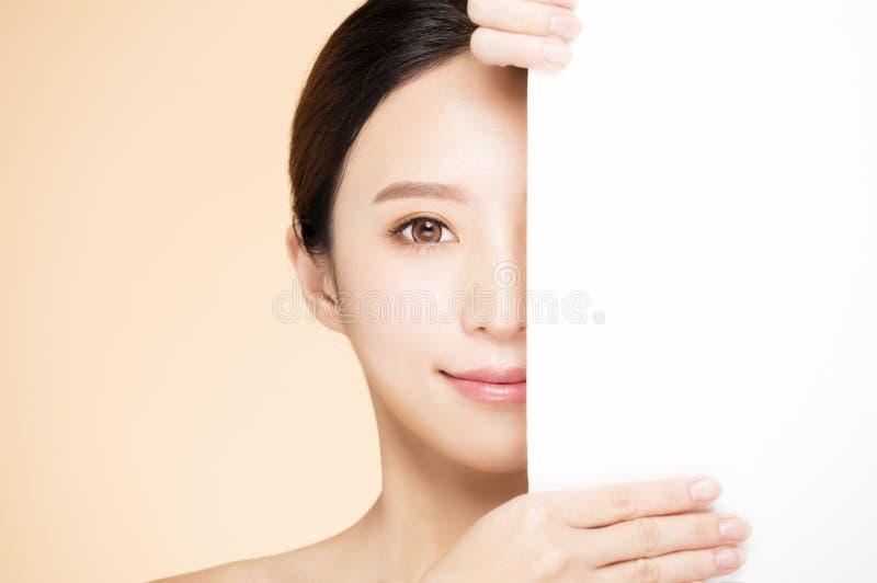 Cara de la belleza con concepto en blanco del tablero foto de archivo