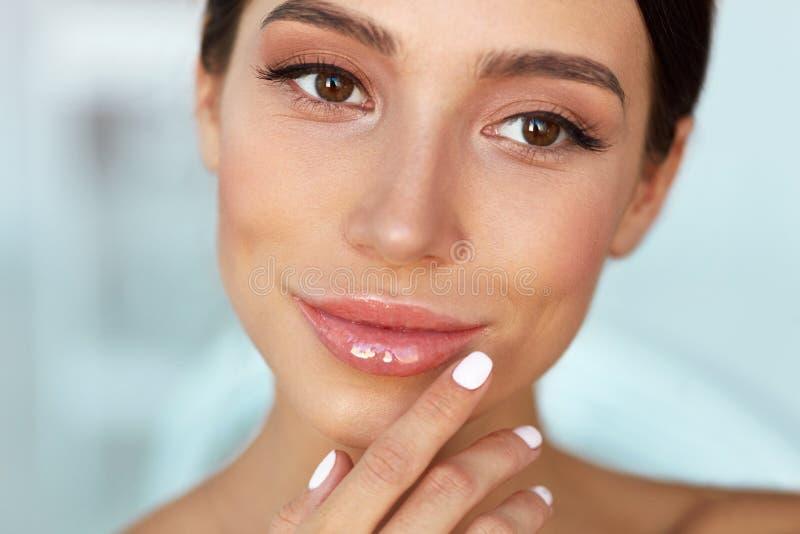 Cara de la belleza Labios conmovedores de la mujer hermosa con protector labial encendido foto de archivo