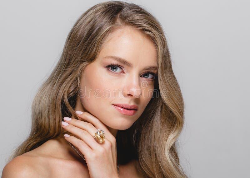 Cara de la belleza de las mujeres Modelo rubio hermoso Girl de la belleza de la mujer con foto de archivo libre de regalías