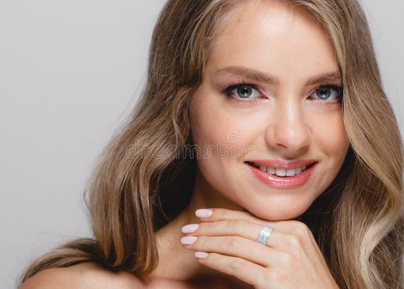 Cara de la belleza de las mujeres Modelo rubio hermoso Girl de la belleza de la mujer con imagen de archivo libre de regalías