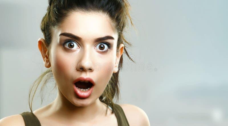 Cara de la chica joven sorprendente sorprendida fotografía de archivo