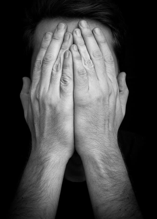 """Cara de la cubierta del hombre del †de la depresión """"con las manos imágenes de archivo libres de regalías"""
