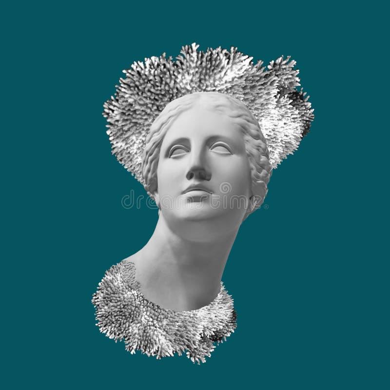 Cara de la estatua antigua con una corona coralina Fondo del color del trullo Arte, aventura, concepto subacuático de la arqueolo foto de archivo