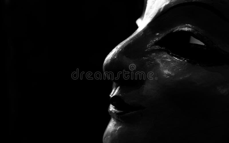 Cara de la estatua de la mujer hecha del yeso Cara de la estatua de la mujer en fondo oscuro Arte de la escultura Cara de la esta fotos de archivo libres de regalías