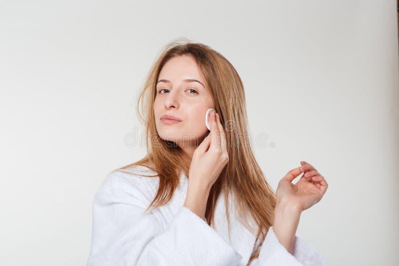 Cara de la limpieza de la mujer con el cojín de algodón fotos de archivo libres de regalías