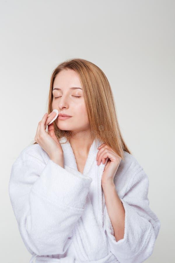 Cara de la limpieza de la mujer con el cojín de algodón foto de archivo libre de regalías