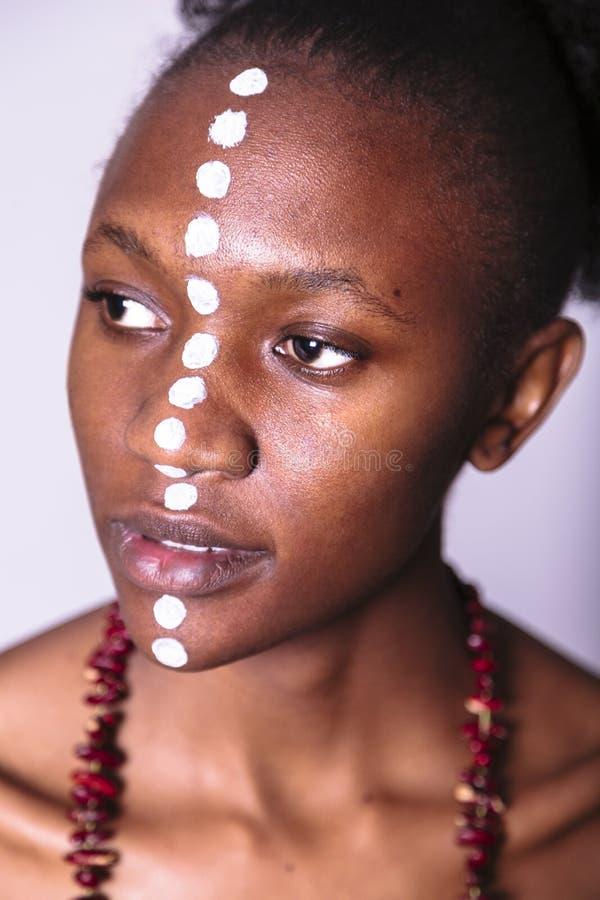 Cara de la muchacha africana joven con el modelo étnico fotos de archivo libres de regalías