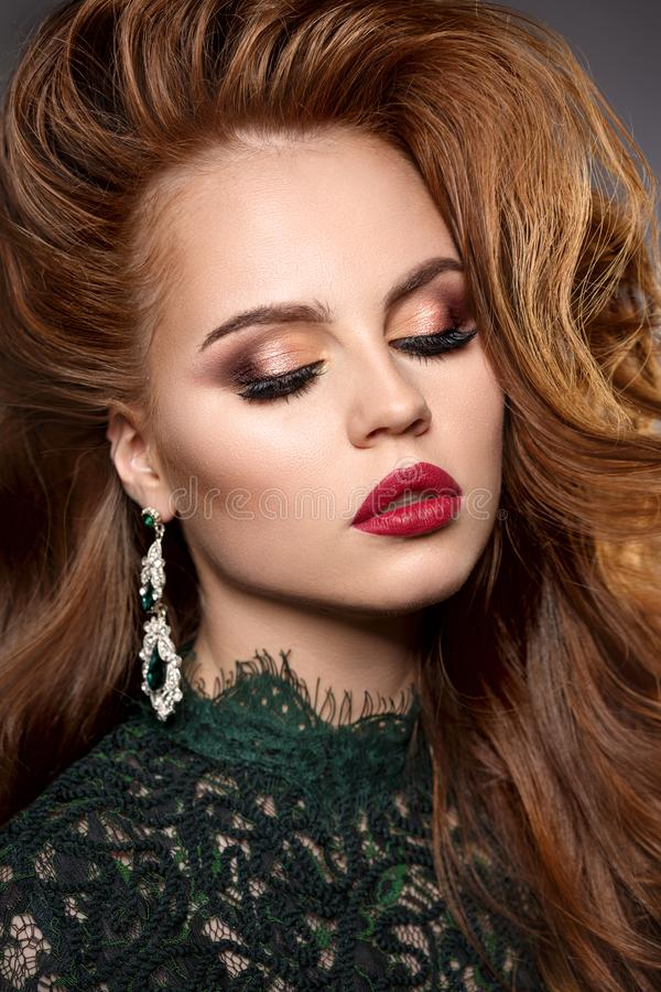 Cara de la muchacha con un maquillaje imponente profesional Labios rojos, e falsa foto de archivo