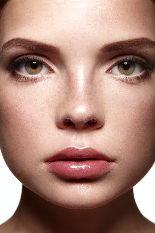 Cara de la muchacha hermosa Maquillaje natural Spa foto de archivo libre de regalías