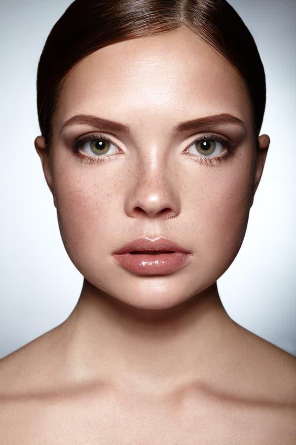 Cara de la muchacha hermosa Maquillaje natural Spa fotografía de archivo