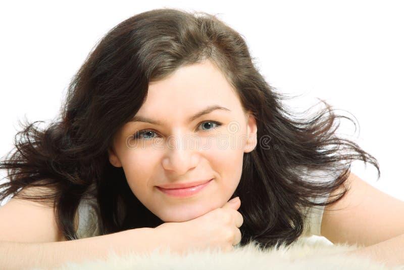 Cara de la muchacha triguena bonita sonriente foto de archivo