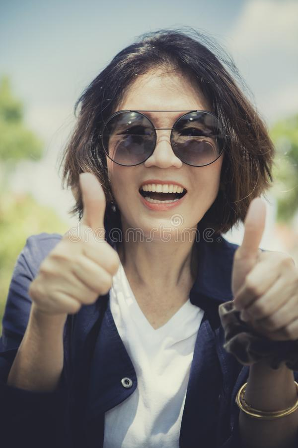 Cara de la mujer asiática hermosa que se relaja con la emoción de la felicidad fotos de archivo