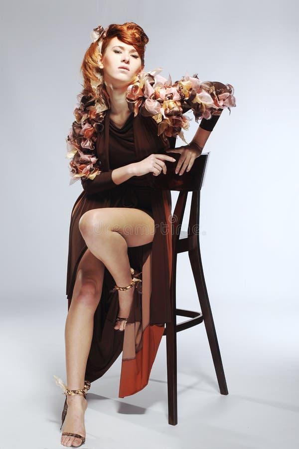 Cara de la mujer caucásica hermosa en alineada marrón fotografía de archivo