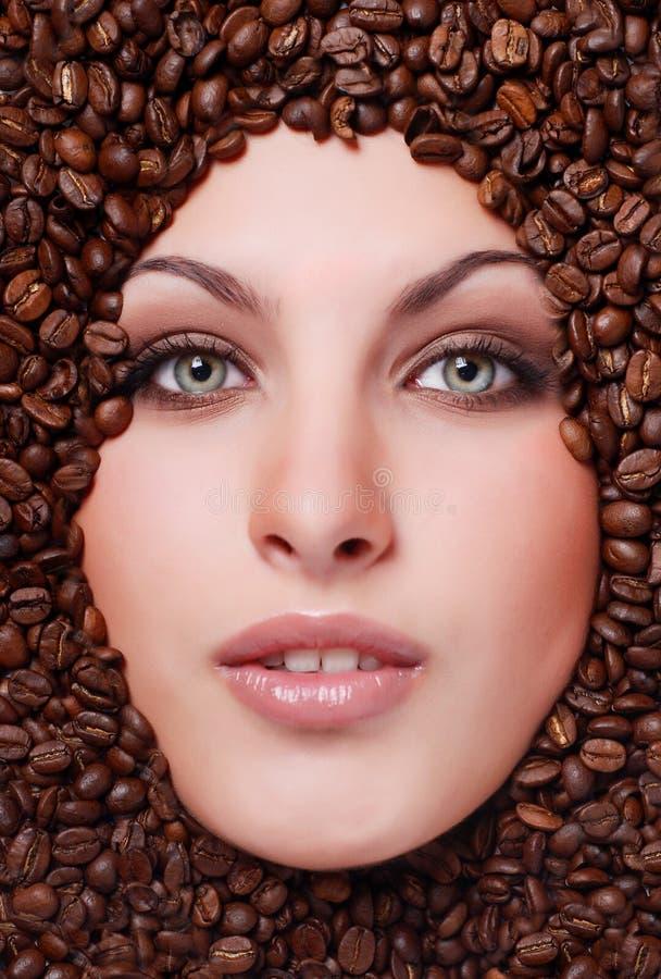 Cara De La Mujer Con Los Granos De Café Fotografía de archivo