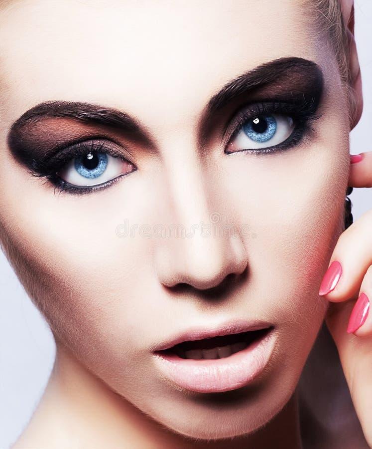 Cara de la mujer con maquillaje brillante hermoso foto de archivo libre de regalías