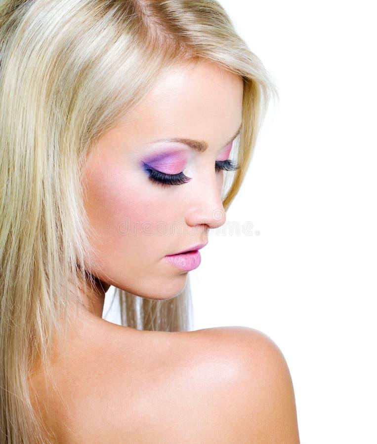 Cara de la mujer con maquillaje saturado foto de archivo