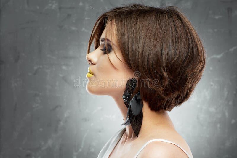 Cara de la mujer corte de pelo de la sacudida Opinión del perfil Cara de la belleza Pelo corto fotografía de archivo libre de regalías