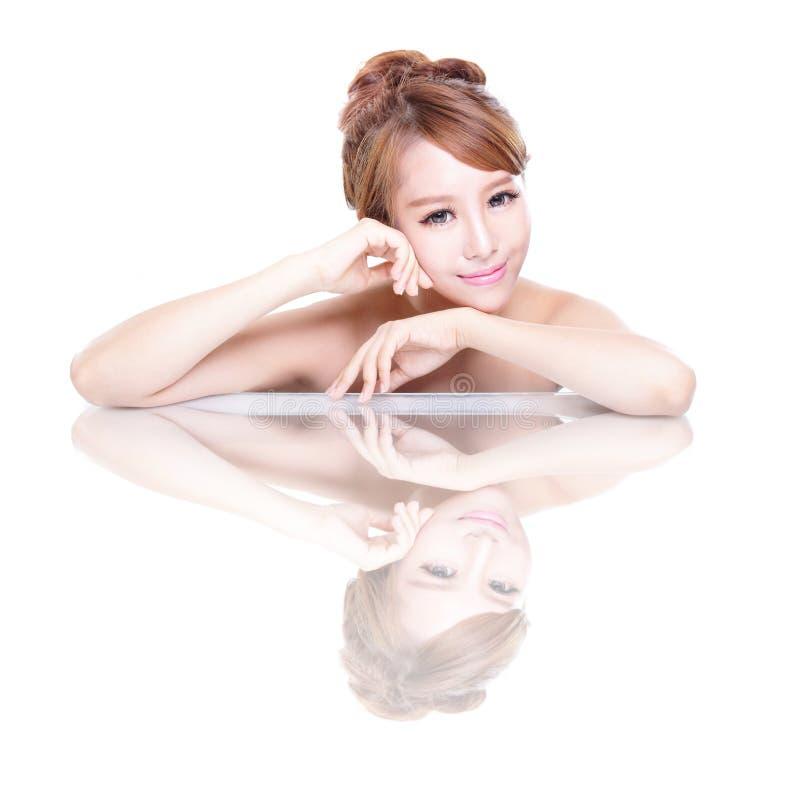 Cara de la mujer de la belleza con la reflexión de espejo fotos de archivo libres de regalías