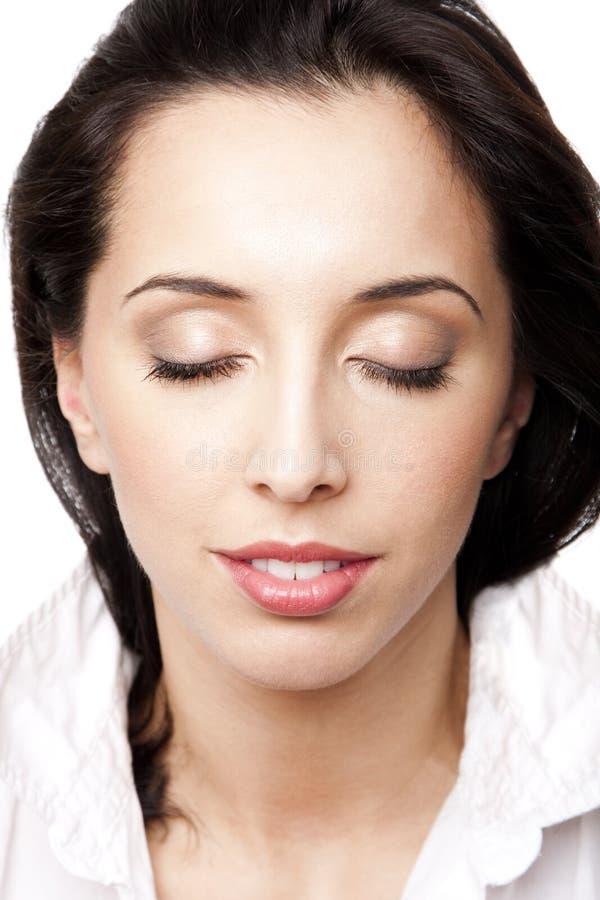 Cara de la mujer de la belleza con los ojos cerrados foto de archivo libre de regalías