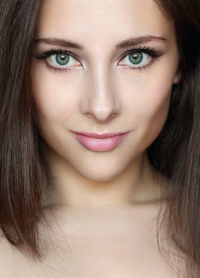 Cara de la mujer del primer con maquillaje hermoso foto de archivo