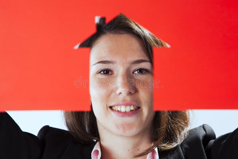 Cara de la mujer detrás de un papel cortado fotografía de archivo libre de regalías