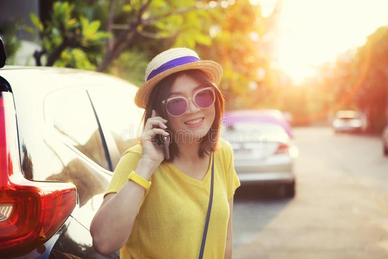 Cara de la mujer de la emoción de la felicidad que habla en la situación del teléfono móvil en lado de la calle de la ciudad fotos de archivo libres de regalías