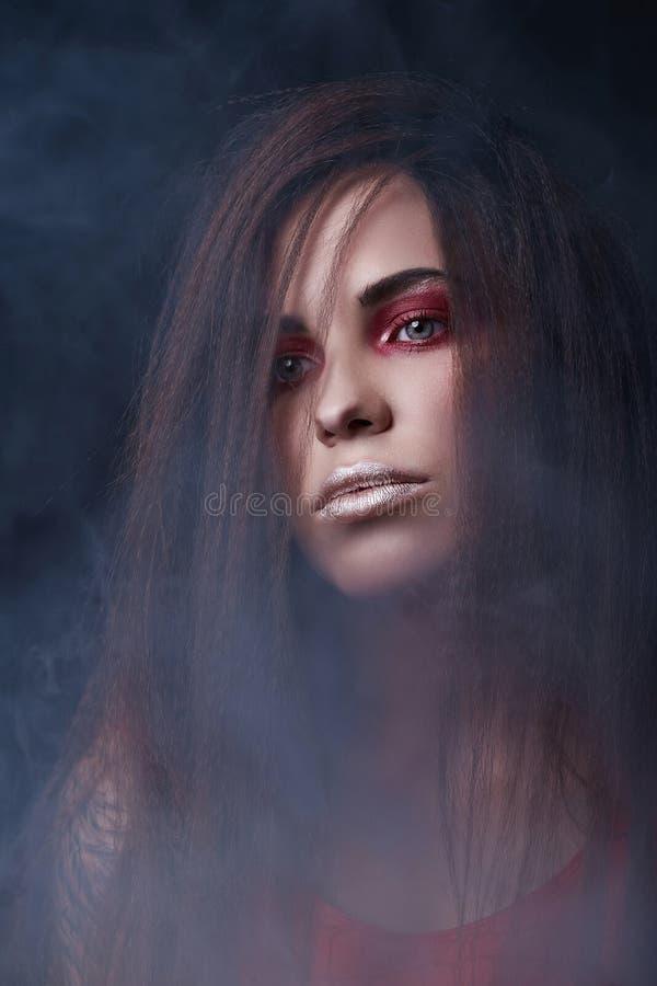 Cara de la mujer en el humo imagen de archivo