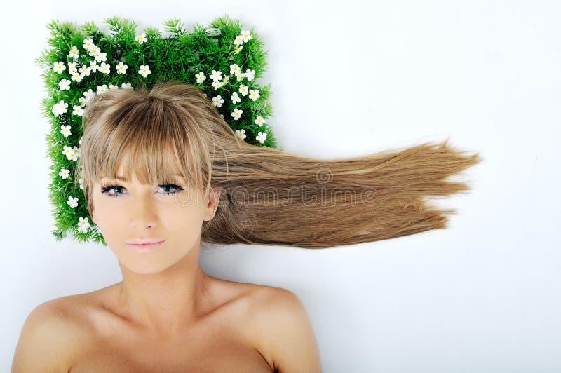 Cara de la mujer en hierba imágenes de archivo libres de regalías