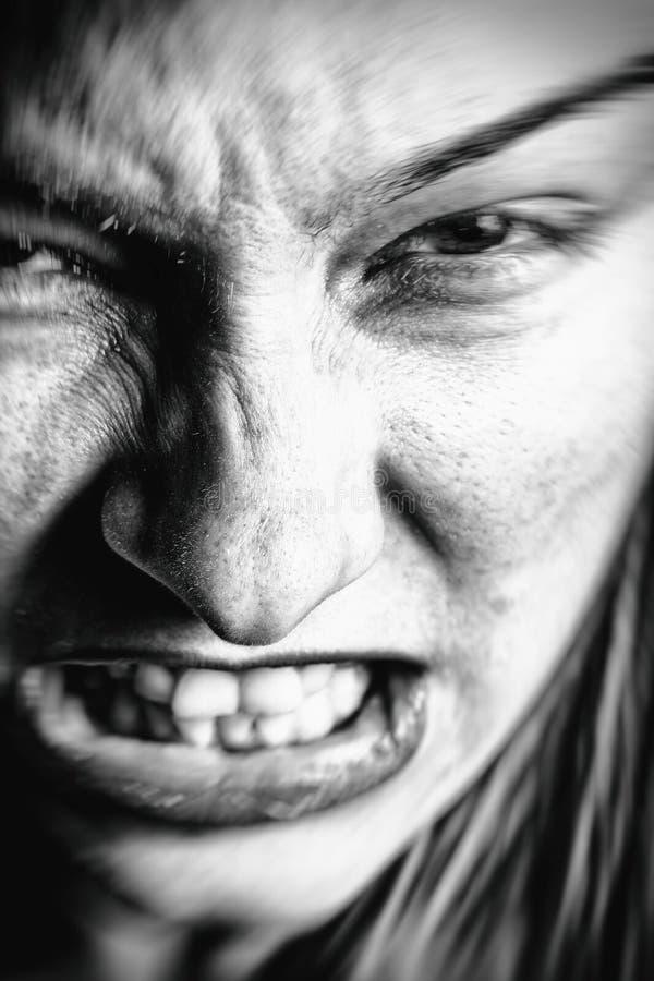 Cara de la mujer enojada subrayada foto de archivo