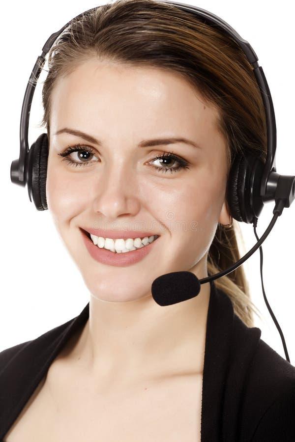 Cara de la mujer feliz sonriente hermosa en receptor de cabeza foto de archivo libre de regalías
