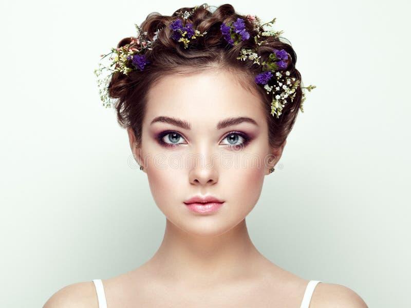 Cara de la mujer hermosa adornada con las flores imagen de archivo