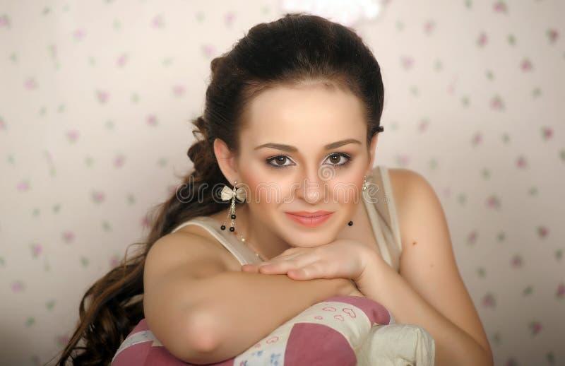 Cara de la mujer hermosa con el peinado de la moda fotografía de archivo libre de regalías