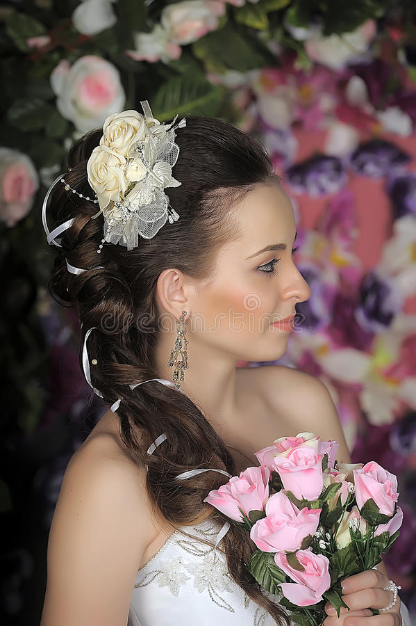 Cara de la mujer hermosa con el peinado de la moda fotos de archivo