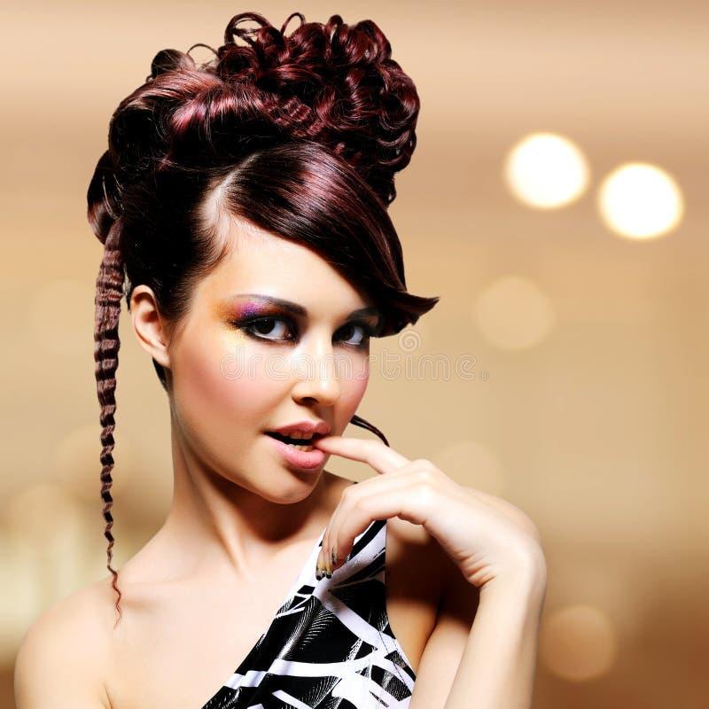 Cara de la mujer hermosa con el peinado de la moda y el makeu del encanto imagenes de archivo