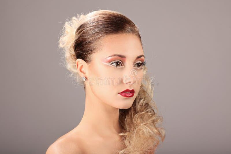 Cara de la mujer hermosa con el peinado de la moda y el maquillaje del encanto fotos de archivo libres de regalías