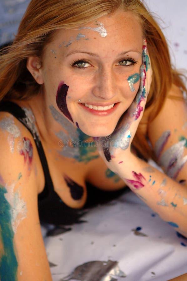 Cara de la mujer joven cubierta en pintura fotos de archivo