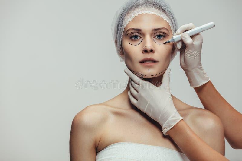 Cara de la mujer marcada antes de cirugía plástica foto de archivo libre de regalías