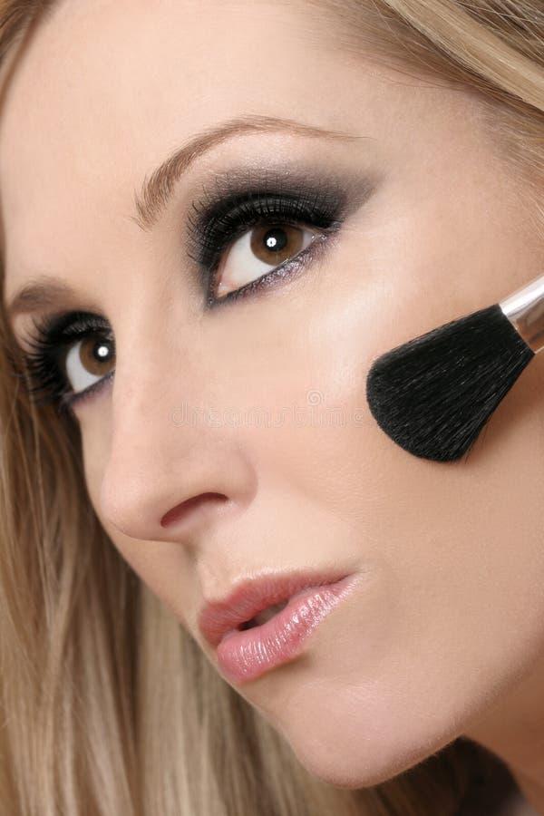Cara de la mujer y cepillo del maquillaje imágenes de archivo libres de regalías