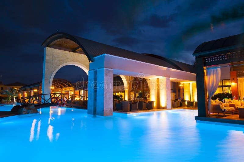 Cara de la piscina de la noche del hotel rico fotografía de archivo