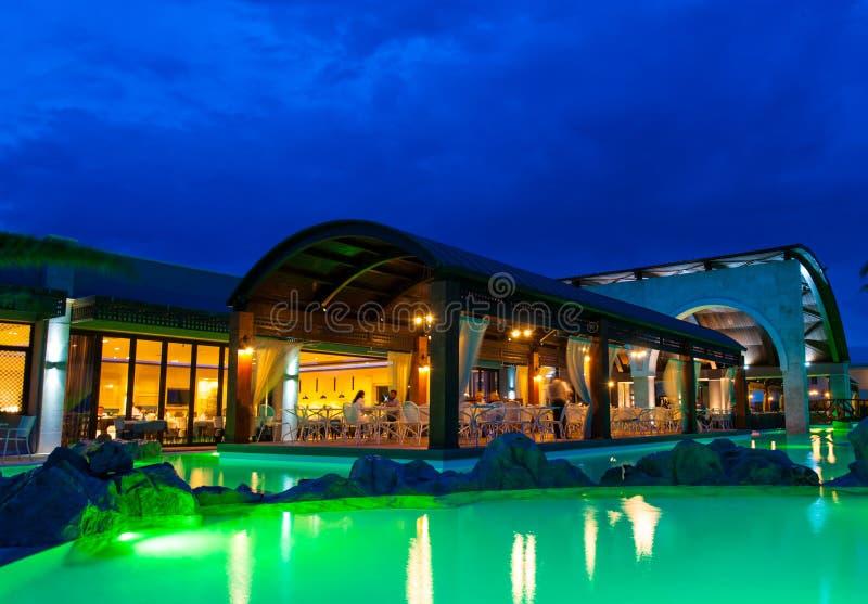 Cara de la piscina de la noche del hotel rico imagen de archivo libre de regalías