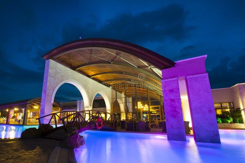 Cara de la piscina de la noche del hotel rico imagen de archivo