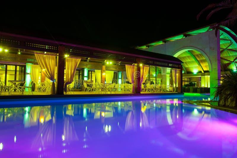 Cara de la piscina de la noche del hotel rico fotos de archivo