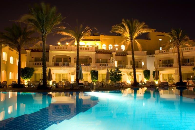 Cara de la piscina de la noche del hotel rico fotografía de archivo libre de regalías