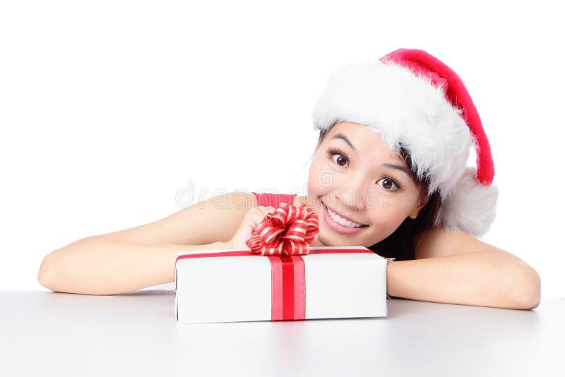 Cara de la sonrisa de la muchacha de Santa con el regalo de la Navidad imagen de archivo libre de regalías