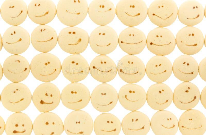 Cara de la sonrisa en la galleta del descenso de la esponja fotos de archivo