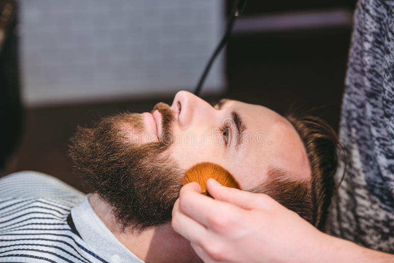 Cara de los clientes de la limpieza después del corte de pelo con el cepillo suave imágenes de archivo libres de regalías