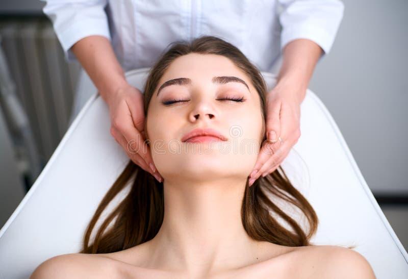 A cara de mulher de limpeza do esteticista Tratamento do skincare dos termas Cosmetologist com o paciente na cadeira m?dica Pele  fotos de stock royalty free